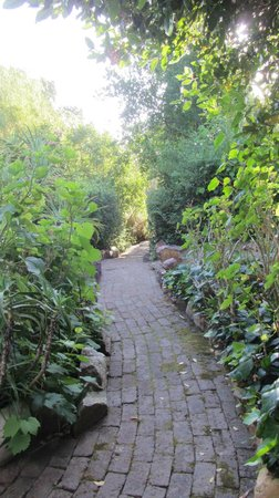 Augusta de Mist Country House: Path going down to the restaurant
