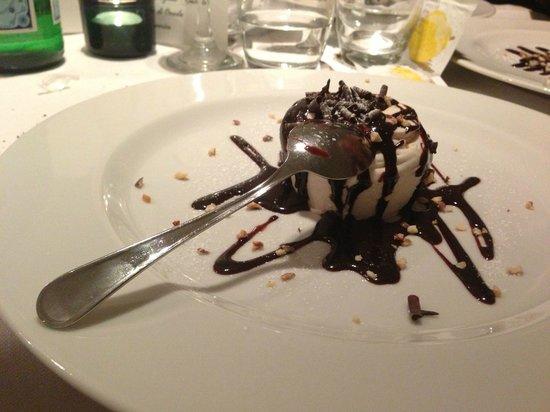 Ristorante Costello: Semifreddo al Torroncino con cascata di cioccolato
