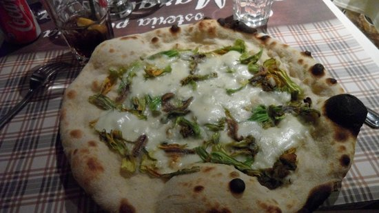 Osteria Pizzeria Margherita: Pizza zucchine e acciughe
