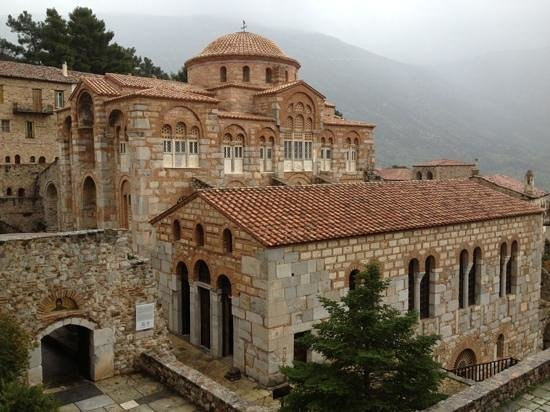 Distomo, Greece: Ναός του Οσίου Λουκά και τράπεζα(παλιά τραπεζαρία) της Μονής