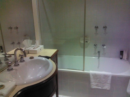 Grand Hotel Melbourne - MGallery Collection: Tired bathroom