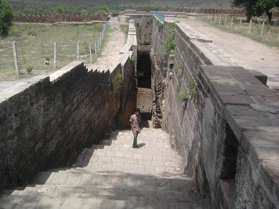Uperkot Fort: adi kadi vav