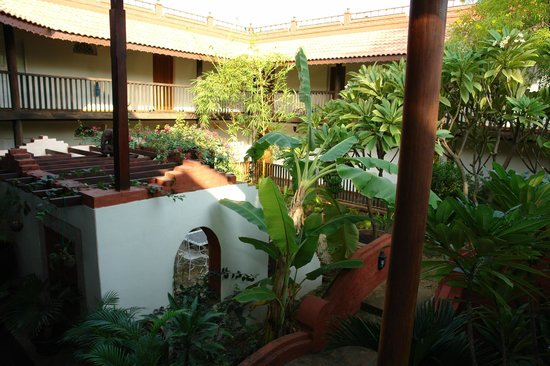 Thurizza Hotel Bagan: View of the inner courtyard