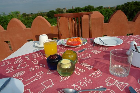 Thurizza Hotel Bagan: Breakfast on the roof terrace