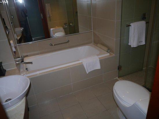 Grand Noble Hotel: bath