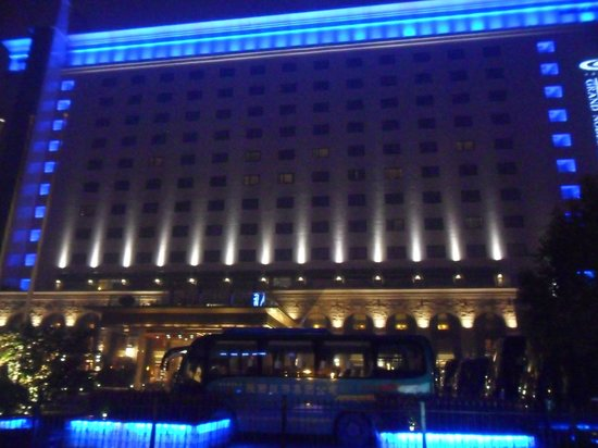 Grand Noble Hotel: Hotel at night