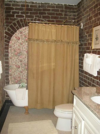 Hamilton-Turner Inn: Bathroom in room 105