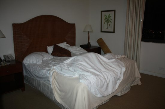 Aston Waikiki Beach Tower: Main bedroom - king bed