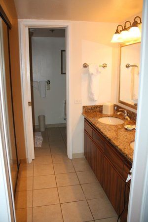 Aston Waikiki Beach Tower: Ensuite bathroom to our room