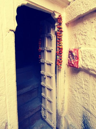 Hotel Temple View : entry to antique style room