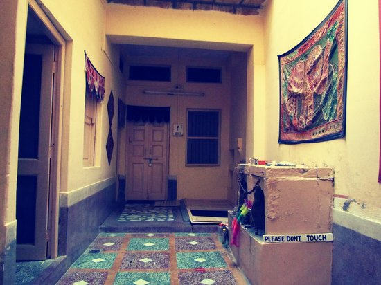 Hotel Temple View : reception with traditional household temple and embroideries