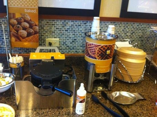 Hampton Inn Chicago/Gurnee: Make your own waffles