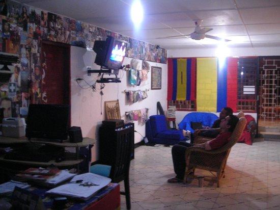 Kayros Vivienda Turistica: La zona de estar, con ordenador y la recepción, la puerta era la de mi habitación