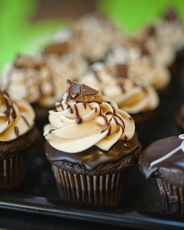 Alotta Brownies: Peanut Butter Cup Cupcakes