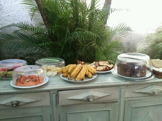 Pousada Kilandukilu: Desayuno m?s que completo... pan blanco, pan integral, jam?n, queso, leche, tes distintos, torta
