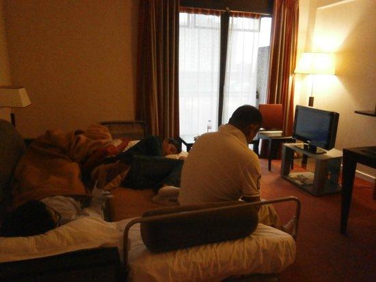 Fraser Suites Harmonie Paris La Defense: The living area with sofa bed