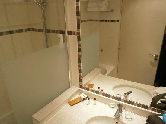 Fraser Suites Harmonie Paris La Defense: The bathroom