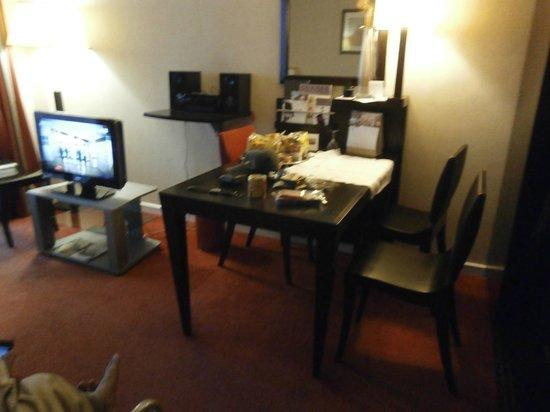 Fraser Suites Harmonie Paris La Defense: The living room with dining