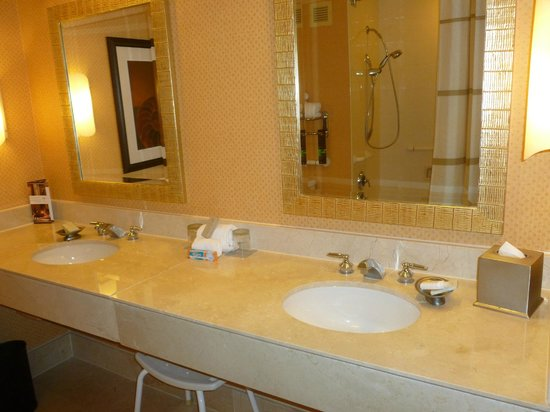 Renaissance Orlando Resort at SeaWorld: Bathroom view - marble throughout