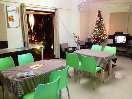 Sterling Suites - Langford Town: Breakfast area decorated on the Christmas.