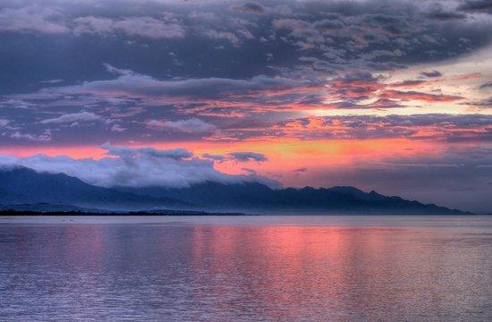 Nugraha Lovina Seaview Resort: Sunset from the hotel seawall
