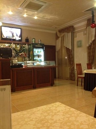 Ligena Hotel: dining room where waitresses ignored customers