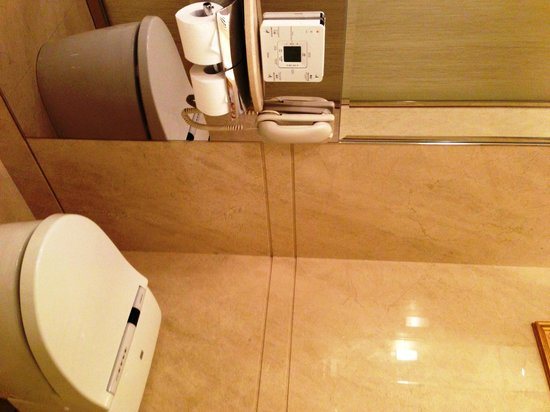 The Okura Prestige Taipei: Separate Bathroom Area