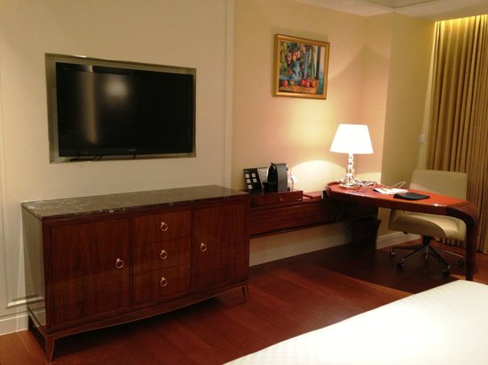 The Okura Prestige Taipei: Desk and TV area