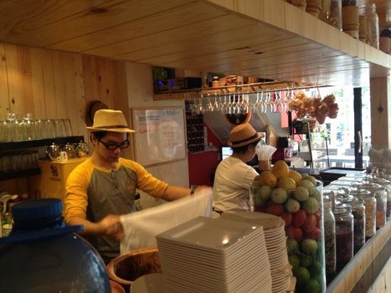 Somtum Der, Sala Daeng: Chef (Owner) Cooking Papaya salad