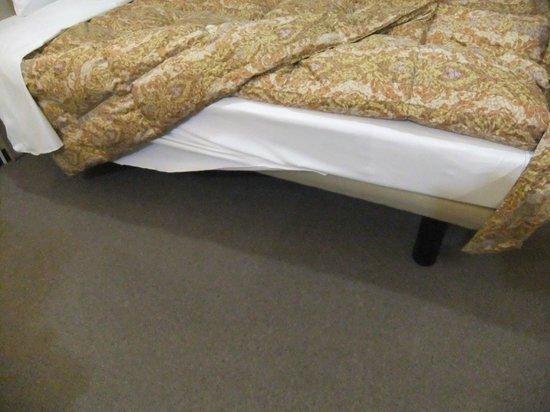 Toyoko Inn Chiba Makuhari: ベッドの下はものが置けるタイプ