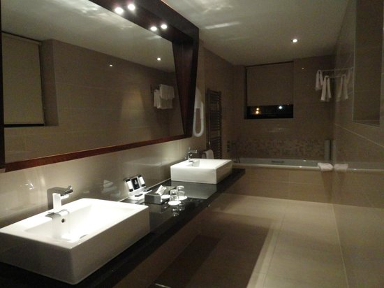 Ashling Hotel: Bathroom is big