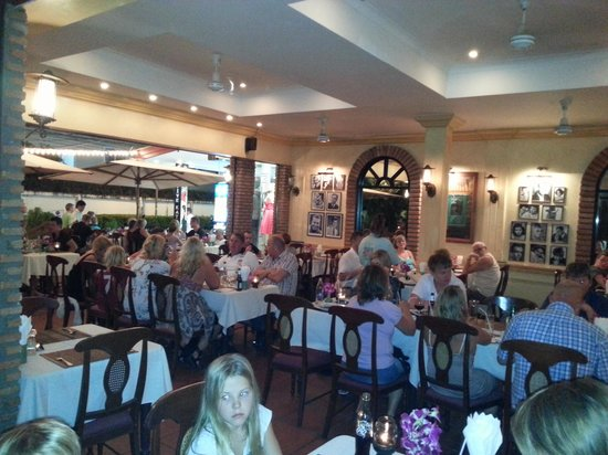 Rico's Pizzeria and Steakhouse: Busy evening