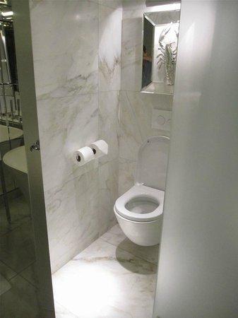 """Le Royal Monceau-Raffles Paris: Les WC """"artistiques"""""""