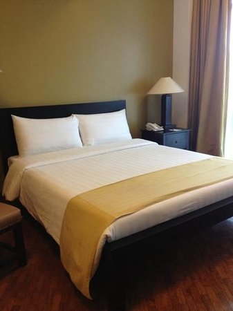 The Malayan Plaza: Studio bedroom with 1 queen bed