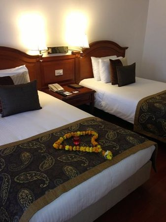 Jaypee Palace Hotel & Convention Centre Agra: beds and flower garland