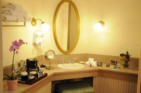 Clarkson Inn: Vanity area