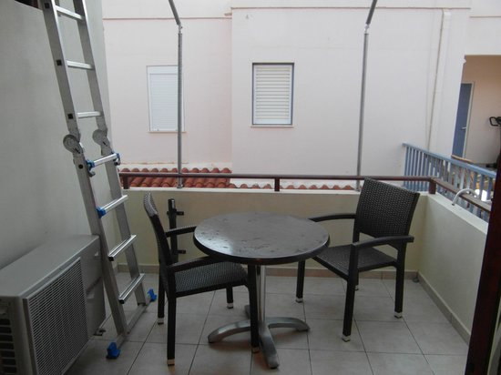 Erontas - Diktamo Rooms: Room 4 balcony with ladder to roof