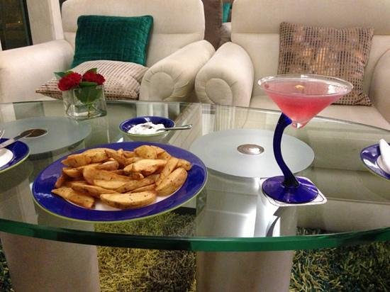 Jaypee Palace Hotel & Convention Centre Agra: potato wedges and drink at bar