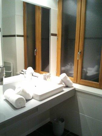 Le Manoir d'Agnes: Lavabo con las toallas bien colocaditas