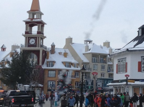 B&B Les Dames du Lac: The ski resort of Mont Tremblant nearby was heaving with people