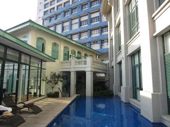 มาเจสติก มะละกา: Small pool is an oasis of calm among the tall buildings surrounding the hotel