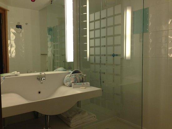 Bagno con ampia doccia picture of novotel london paddington