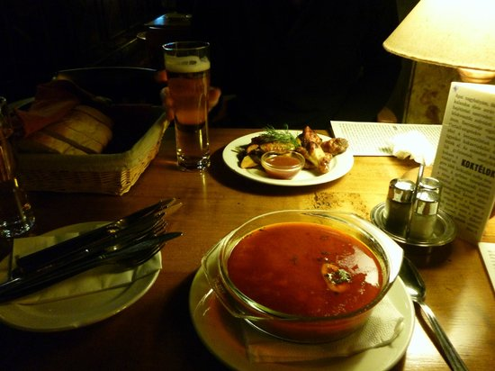 Stex House : starter, chicken wings and beef goulash soup