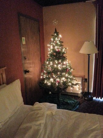 mohican lodge and conference center room with a christmas view - The Christmas Lodge