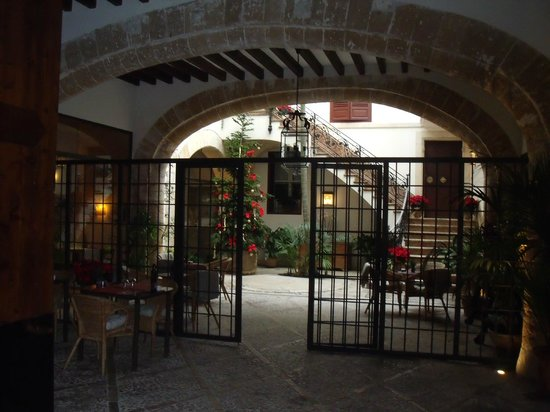 Boutique Hotel Can Cera : Hotel & restaurant entrance patio
