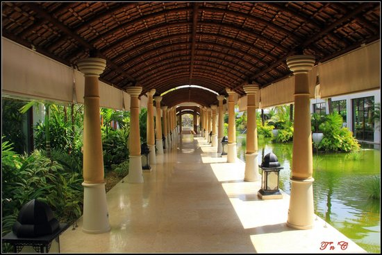 Vivanta by Taj Bekal: Walkway from the reception