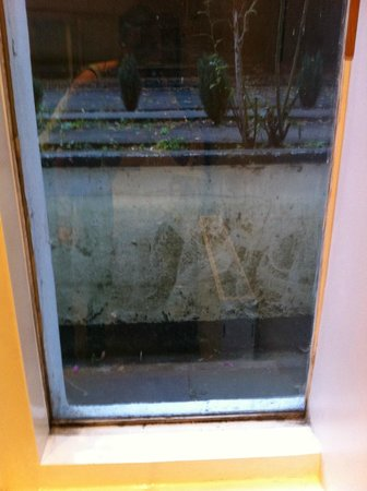 1 Lexham Gardens: Dirty Window