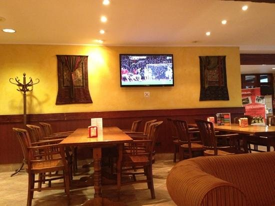 Hotel Himalaia Pas: one of 3 tv's in the bar area