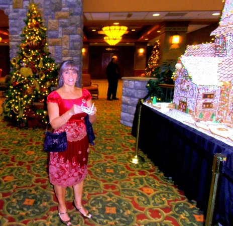 Chateau on the Lake Resort & Spa: Beautifully decorated lobby with Magnificent Candy Houses by the Chef.