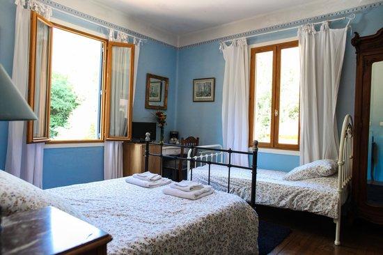 Aux Quatre Saisons: Chambre Bleue (Blue Room)